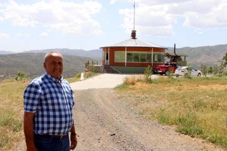 Erzincanlı iş insanı Yavuz Peker (74), arazilerini gören tepeye 360 derece dönenev inşa etti. Tek bilye üzerinde ve elektrik motoru sayesinde ev ayarlanabilen hızda dönüşünü tamamlarken, Peker hem günün yorgunluğunu atıyor hem de arazisini izliyor.HABERİN VİDEOSUNU İZLEMEK İÇİN TIKLAYIN