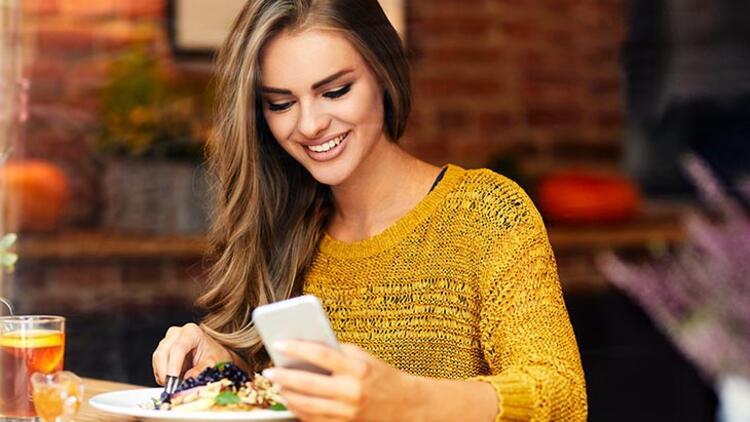 Bilgisayarla ya da telefonla ilgilenirken yemek yemeyin