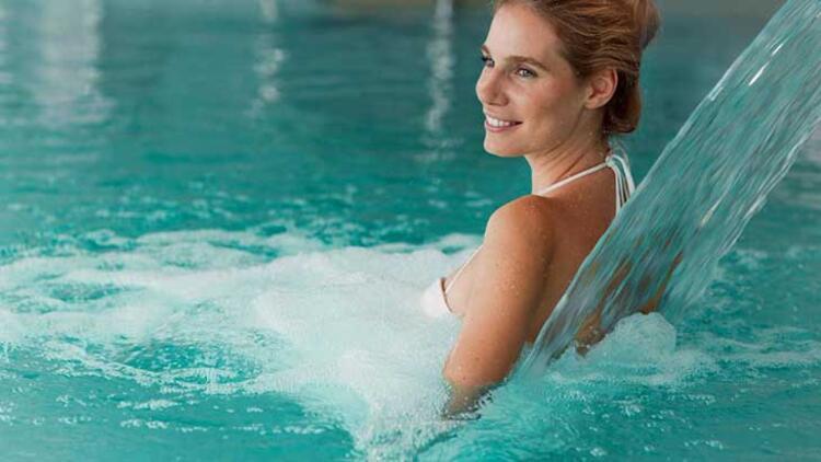 Termal su ya da içi sıcak su dolu bir küvette bekleyin