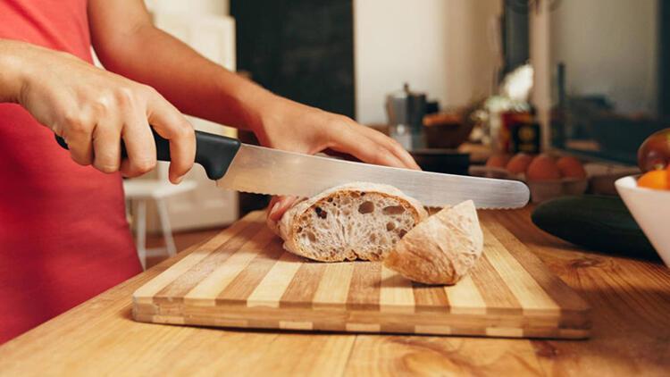 Ekmeğin içini koparıp sıktığınızda hamur haline geliyorsa...