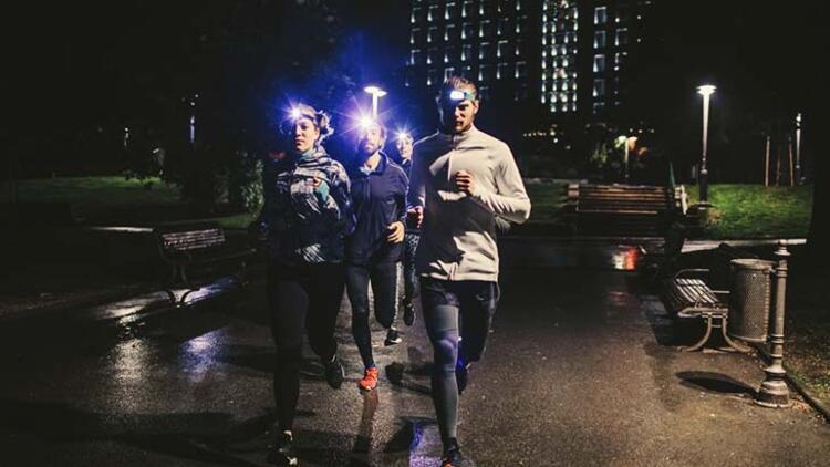 Yine akşam koşusu için kafa feneri kullanın