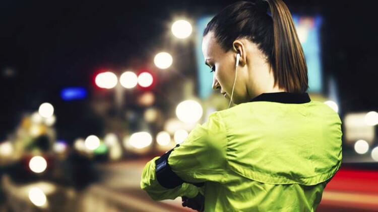 Akşam koşusu için reflektörlü kıyafetler tercih edin