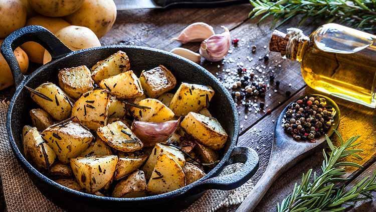 Fırında biberiyeli ve sarımsaklı patates