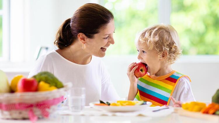 Çocukları taze meyve ve sebze yemeye teşvik edin
