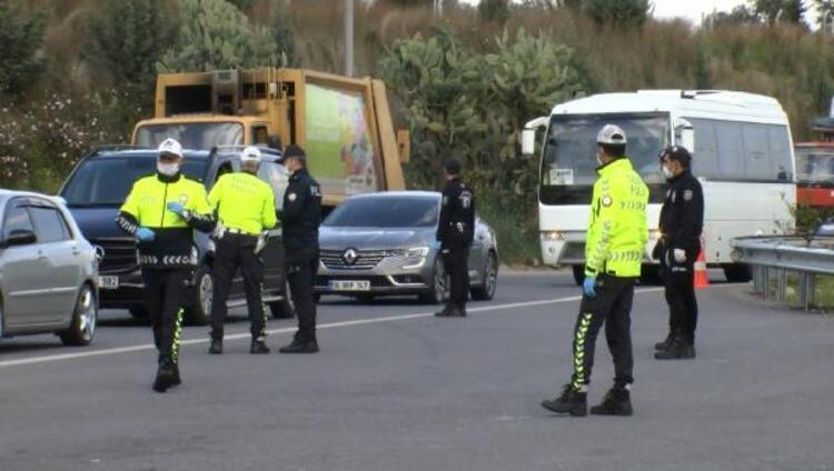 Adanada polis, otoyolda corona virüs denetimi yaptı