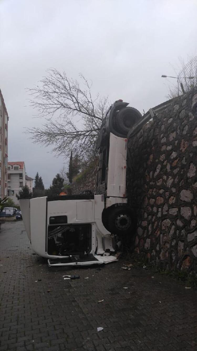 Un camión se precipita 7 metros y queda colgado, por evitar atropellar a un perro