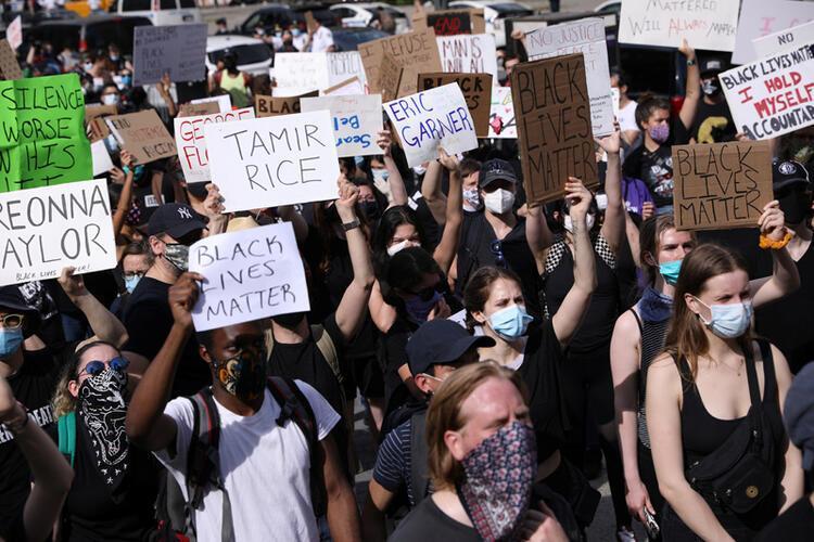 Protesto gösterilerinin covid-19 vakalarını artırmasından endişe ediliyor