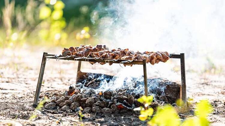Hazırlanmamış kömür ateşinde pişirmek