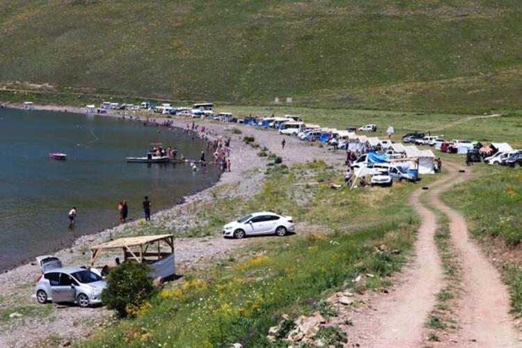 Sıcak havada göle girerek serinliyorlar