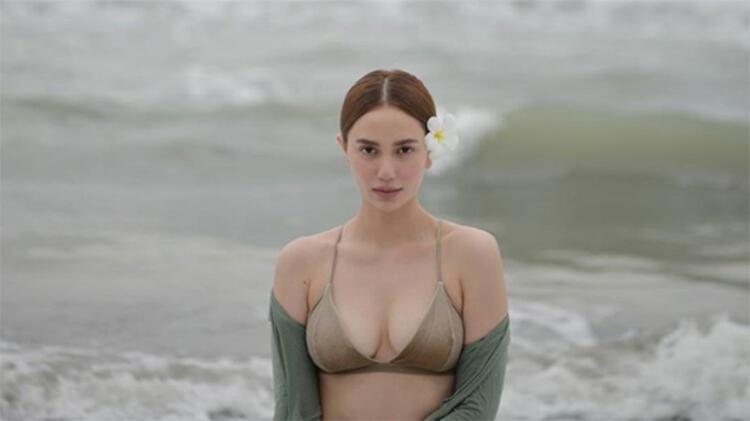 10: Makyajsız doğal güzelliğinizi vurgulamak için denizi arkanıza alıp doğrudan kameraya bakın.