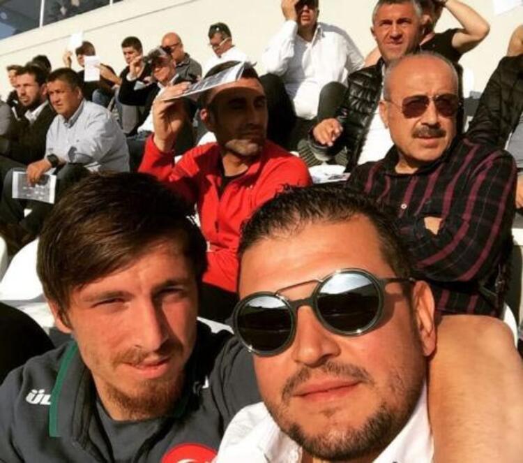 Mert Hakan'ın Emre Belözoğlu'na karşı bir hayranlığı ve sevgisi var. Fenerbahçe'de de 5 numaranın özel bir yeri var Emre Belözoğlu için. Transferde Emrenin rolü ne kadar oldu Mert Hakan yakın gelecekte idolü gibi gördüğü Emre Belözoğlu'nun '5' numaralı formasını giymek ister mi