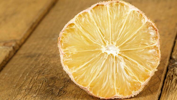 9-Kuru bir limonu suda bekleterek canlandırın