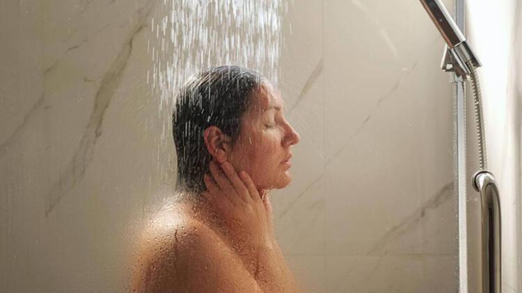 6-Duştayken yüz yıkamak