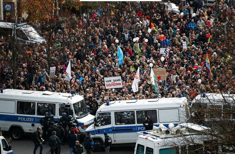 ALMANYADA MASKESİZ PROTESTO