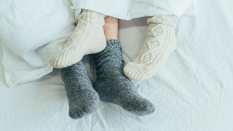 PEMBENAR ÖZEL1) Çorap giyerek ayaklarınızı sıcak tutun
