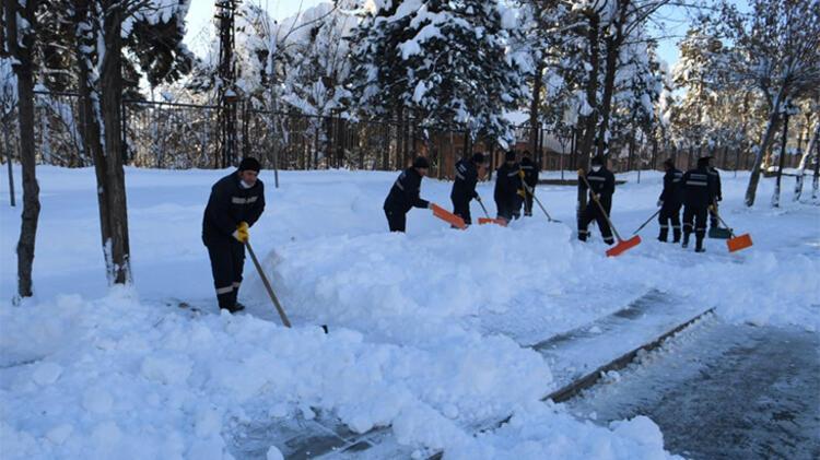 Topladıkları karları şehir dışına taşıyor
