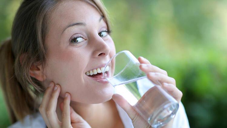 Yemekte su içmekten nasıl uzak durabilirsiniz İşte üstesinden gelmenize yardımcı olabilecek bazı ipuçları: