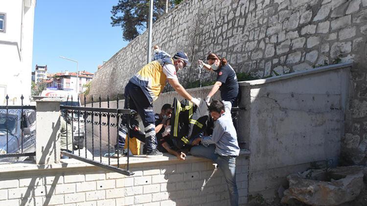 Bahçe duvarından atlarken düşen çocuğun koluna korkuluk demiri saplandı 2 – 60a51ad955428413a0e9ff1c