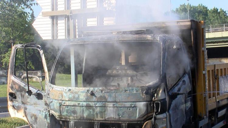 Bahçelievler'de kamyonet yandı 4 – 60bb1c2d5542851dc8b6bb30