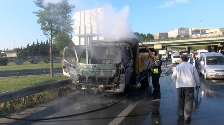 Bahçelievler'de kamyonet yandı 3 – 60bb1c2e5542851dc8b6bb32