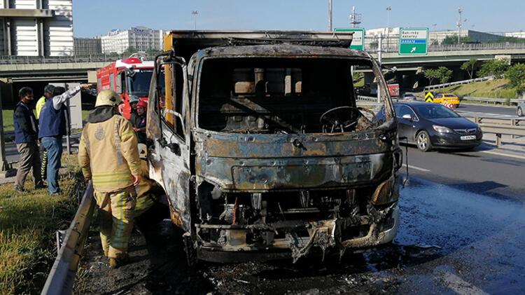 Bahçelievler'de kamyonet yandı 1 – 60bb1c445542851dc8b6bb3c