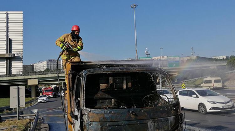 Bahçelievler'de kamyonet yandı 2 – 60bb1c485542851dc8b6bb3f
