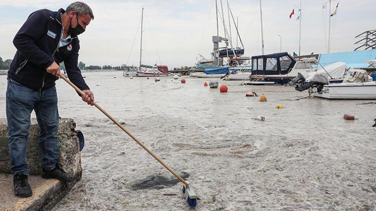 Kadıköy Kurbağlıdere ile sahilleri deniz salyası kapladı; ekipler temizlik çalışması yaptı 11 – 60be24f0adcdeb18b8036d07
