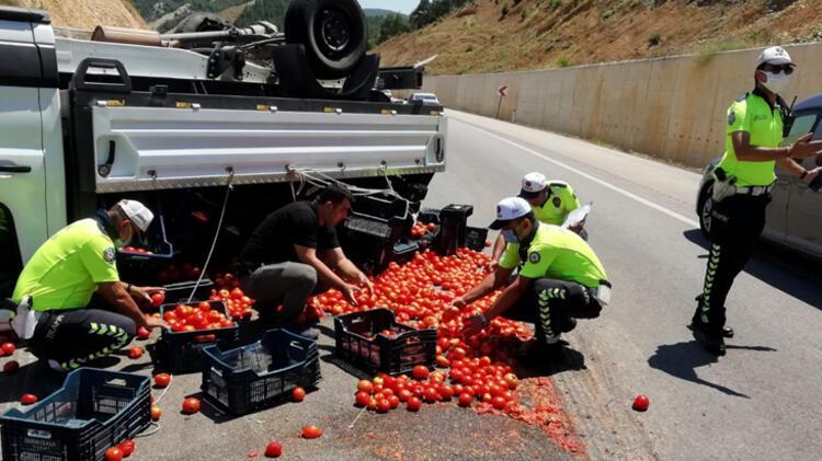 Kazada yola saçılan domatesleri polis topladı 4 – 60f2c4d686b244329c993d44