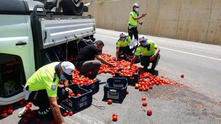 Kazada yola saçılan domatesleri polis topladı 1 – 60f2c4d886b244329c993d47