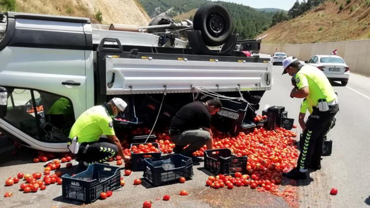 Kazada yola saçılan domatesleri polis topladı 6 – 60f2c4e286b244329c993d52