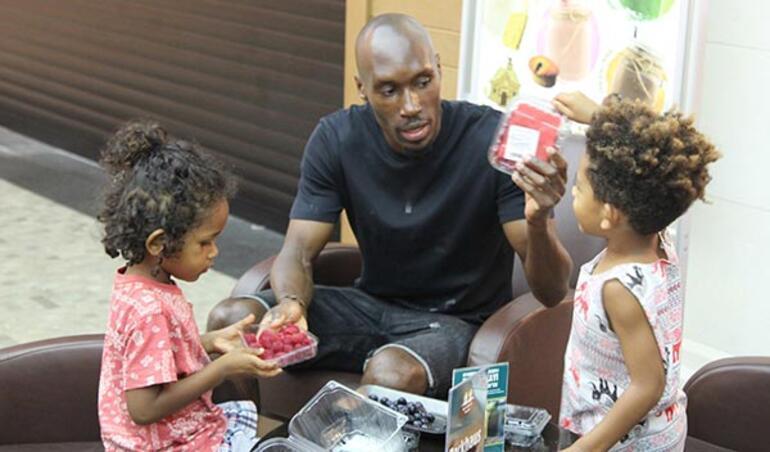 Atiba çocuklarıyla yakından ilgilendi