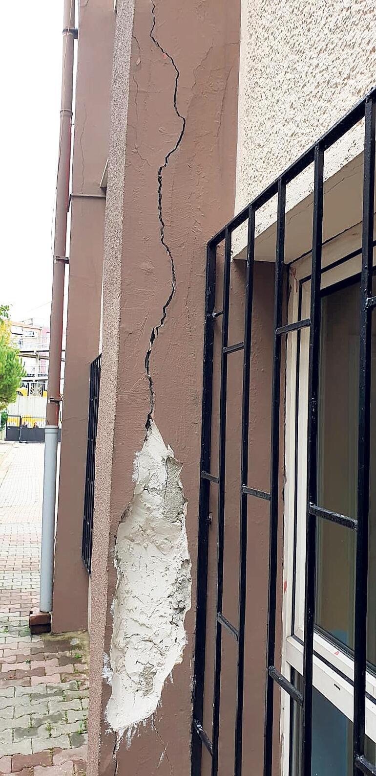 İlkokulda deprem çatlağı