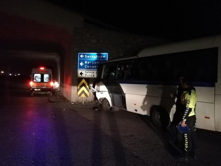 Manisada servis ile kamyon çarpıştı: Çok sayıda yaralı var