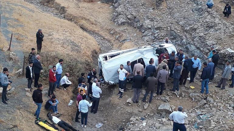 Batmanda servis minibüsü devrildi: 1 ölü, 10 yaralı