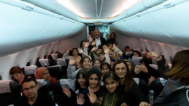 Bakan Gül uçakta karşılaştığı öğrencileri makamında ağırladı