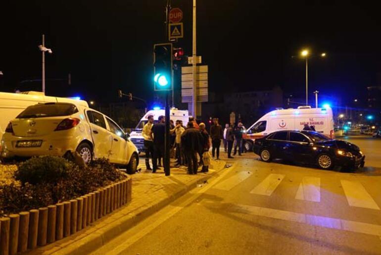 Bursada iki otomobilin çarpışması sonucu 3 kişi yaralandı