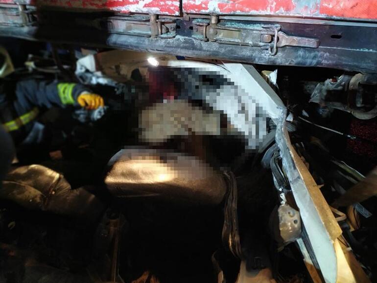 Çok feci kaza Araç TIRın altına girdi