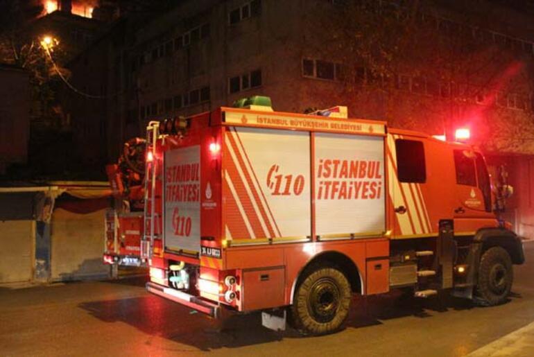 Kadıköyde 4 katlı bina alev alev yandı