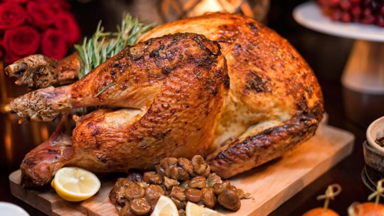 Yılbaşı gecesi için Fırında Sebzeli Bütün Tavuk tarifi