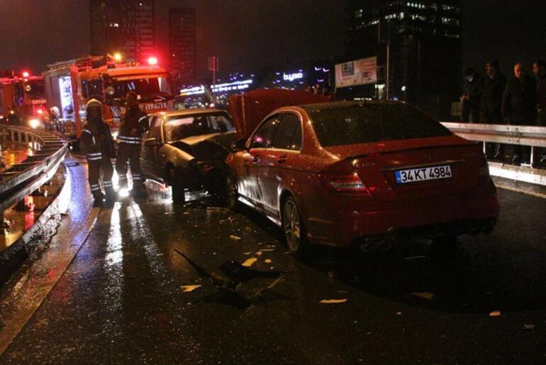 Ümraniyede iki otomobil kafa kafaya çarpıştı: Yaralılar var