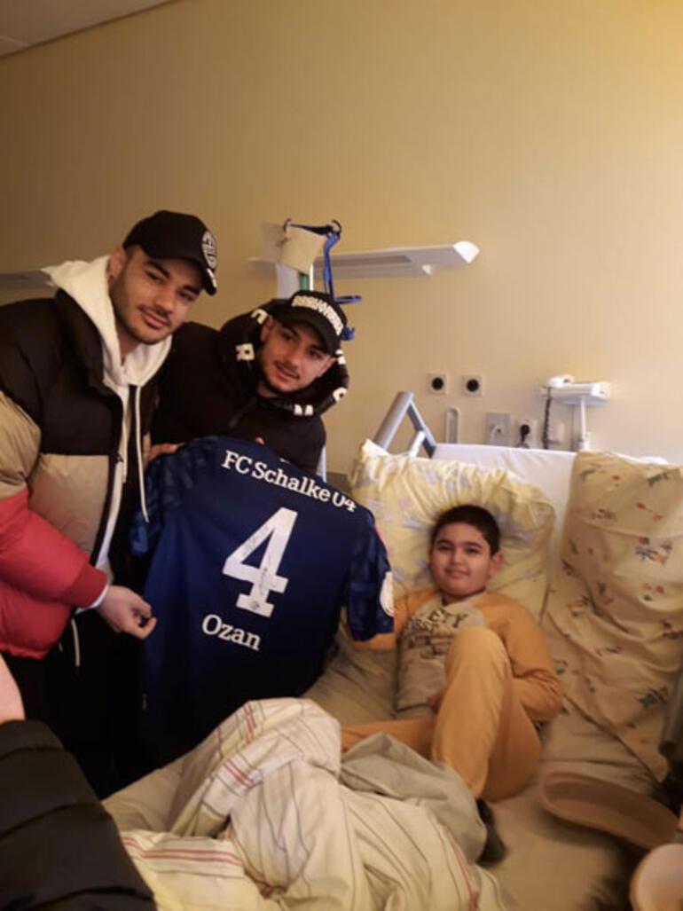Ozan Kabak ve Ahmed Kutucudan lösemi hastasına ziyaret