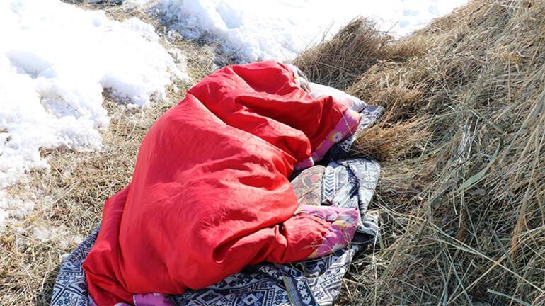 Korkudan karların arasında yatıyor Tek başıma kaldım