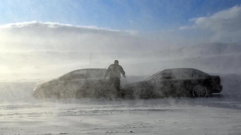 Tendürek Geçidinde ulaşıma kar engeli