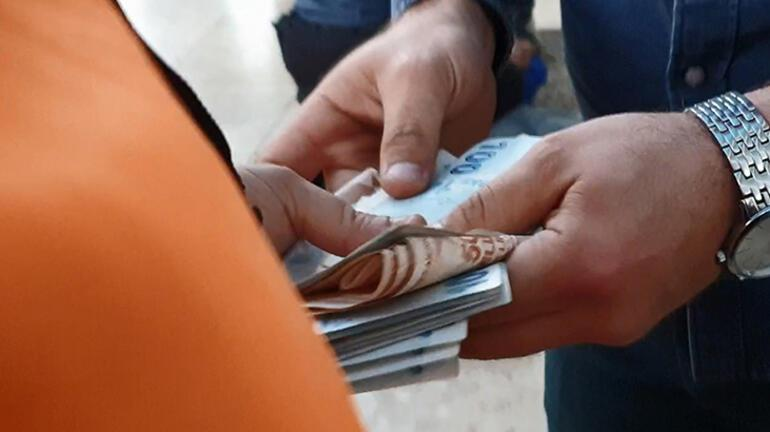 Paraları sokağa saçtı, yaka paça gözaltına alındı