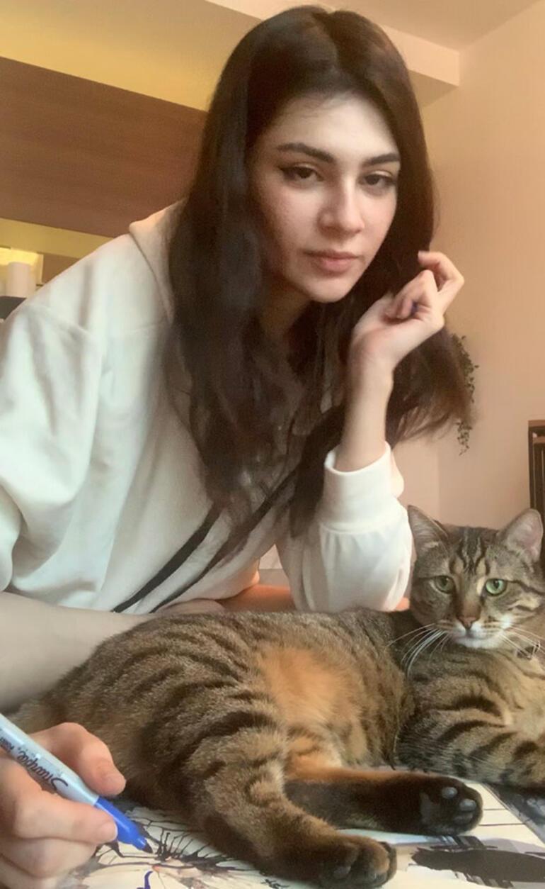 Kedisiyle resim yapıyor