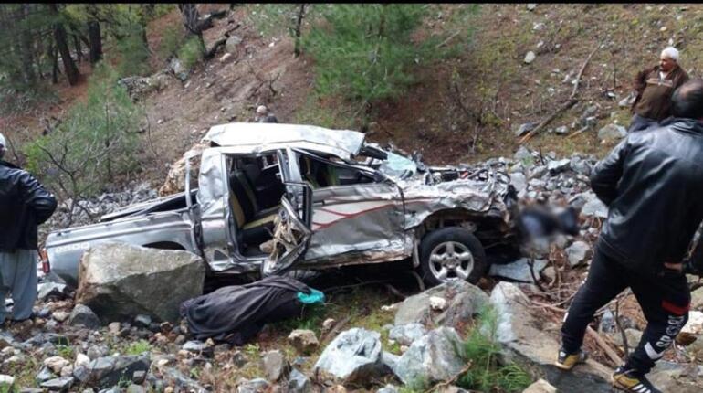 Çok feci kaza Uçurumdan yuvarlandılar... Aynı aileden 3 kişi hayatını kaybetti