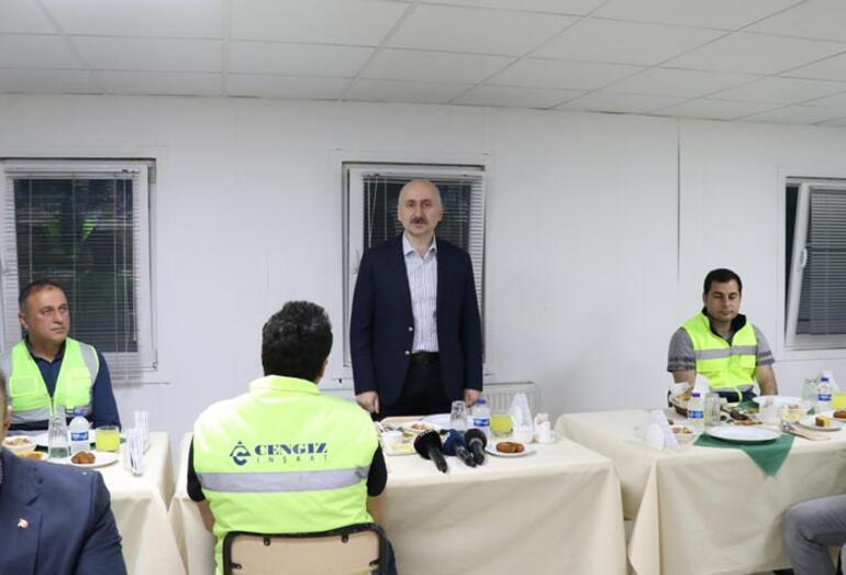 Ulaştırma ve Altyapı Bakanı Karaismailoğlu, işçilerle iftar yaptı