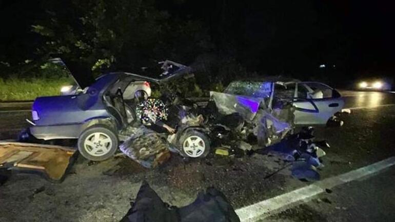 Otomobiller kafa kafa çarpıştı 2 kişi feci şekilde can verdi