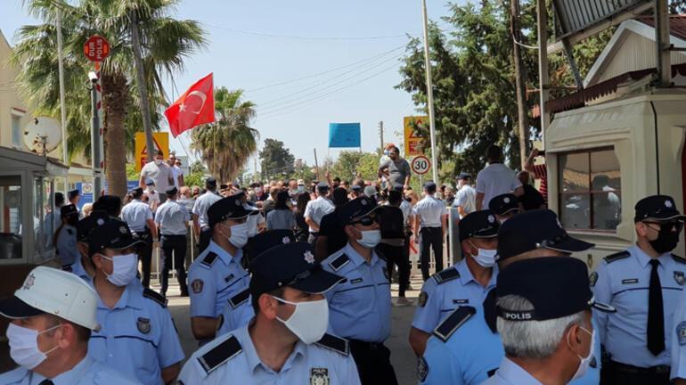 Kıbrıs'ta Türk ve Rumların ortak yaşadığı köyde corona virüs protestosu