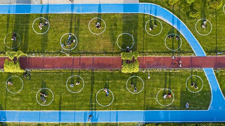 İzmirde yeşil alanlarda çemberli sosyal mesafe dönemi